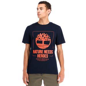 Timberland Playera con gráfico Nature Needs Heroes para hombre